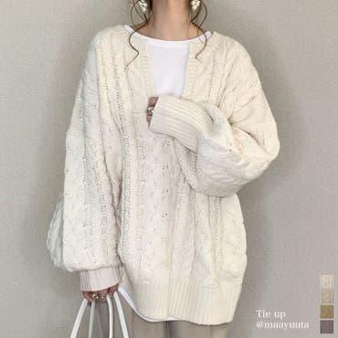 ふんわり編みこまれたケーブル編みがフェミニンな深Vネックニットチュニック