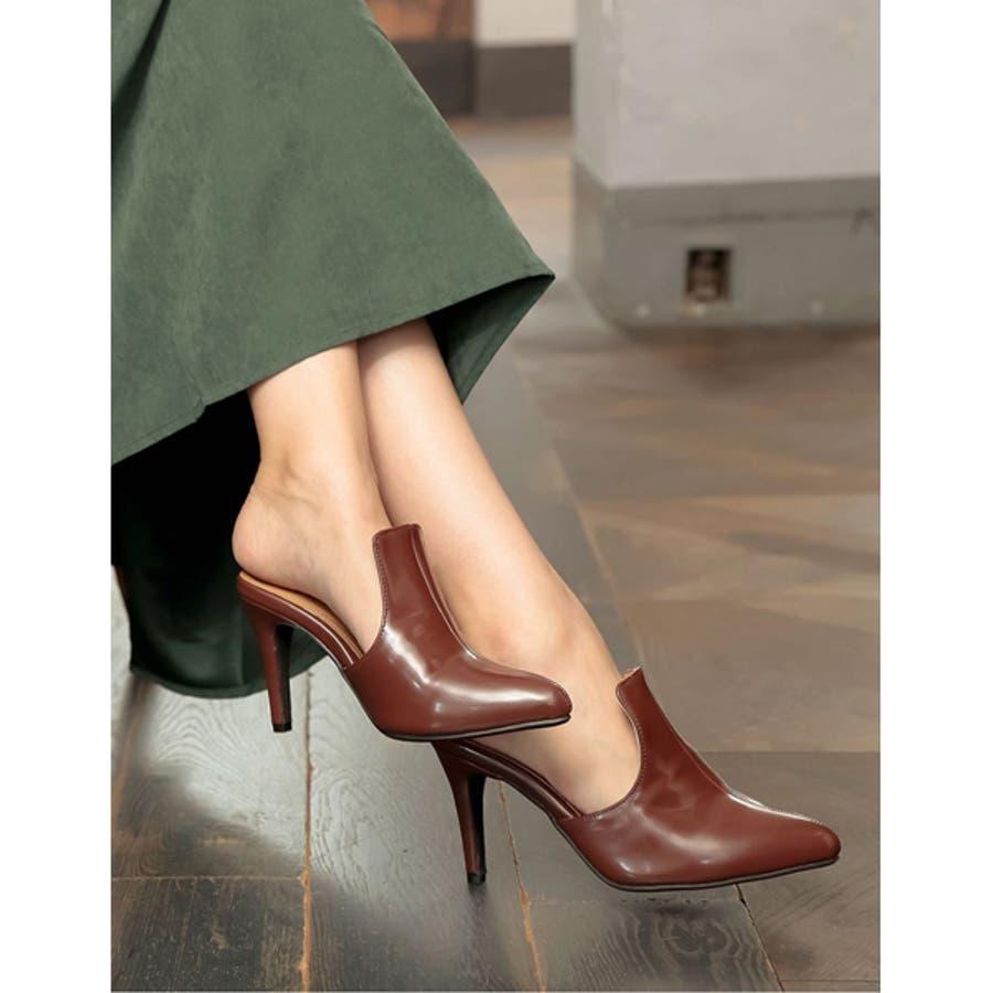 華奢ですっきりとした足元をデザインする ポインテッドトゥブーティーパンプス 29