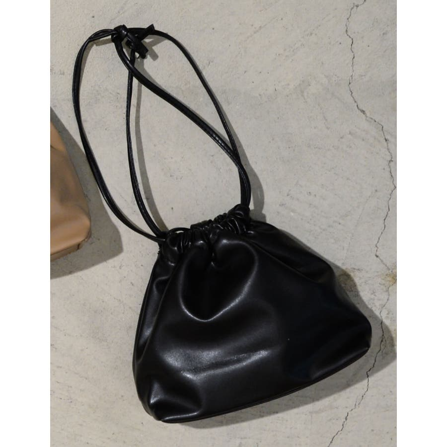 コンパクトサイズでちょっとしたお出かけにぴったり フェイクレザー巾着バッグ バッグ/ショルダーバッグ 21