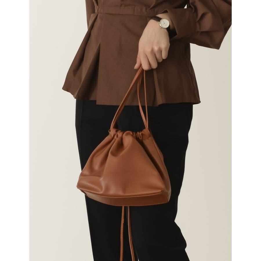 コンパクトサイズでちょっとしたお出かけにぴったり フェイクレザー巾着バッグ バッグ/ショルダーバッグ 33