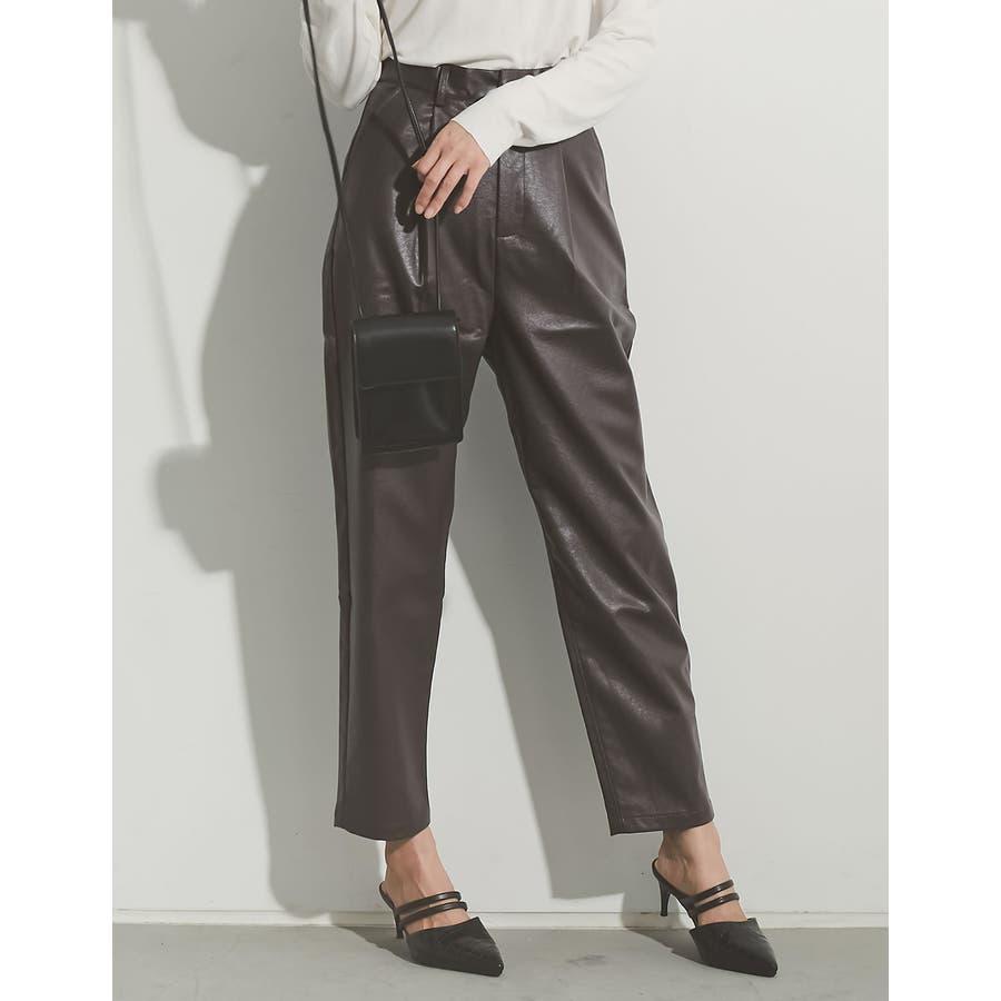 軽やかな履き心地と上品さを兼ね備えたフェイクレザーペグトップパンツ [2020A/WCOLECTION][お家で洗える]フェイクレザーペグトップパンツ パンツ/パンツ 29