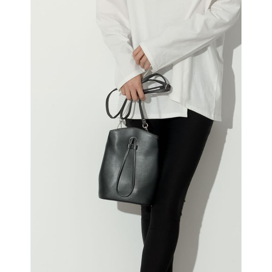 コンパクトサイズでも、必要な物はバッチリ入る優秀バッグ。 ヴィーガンレザーステッチショルダーバッグ バッグ/ショルダーバッグ 21