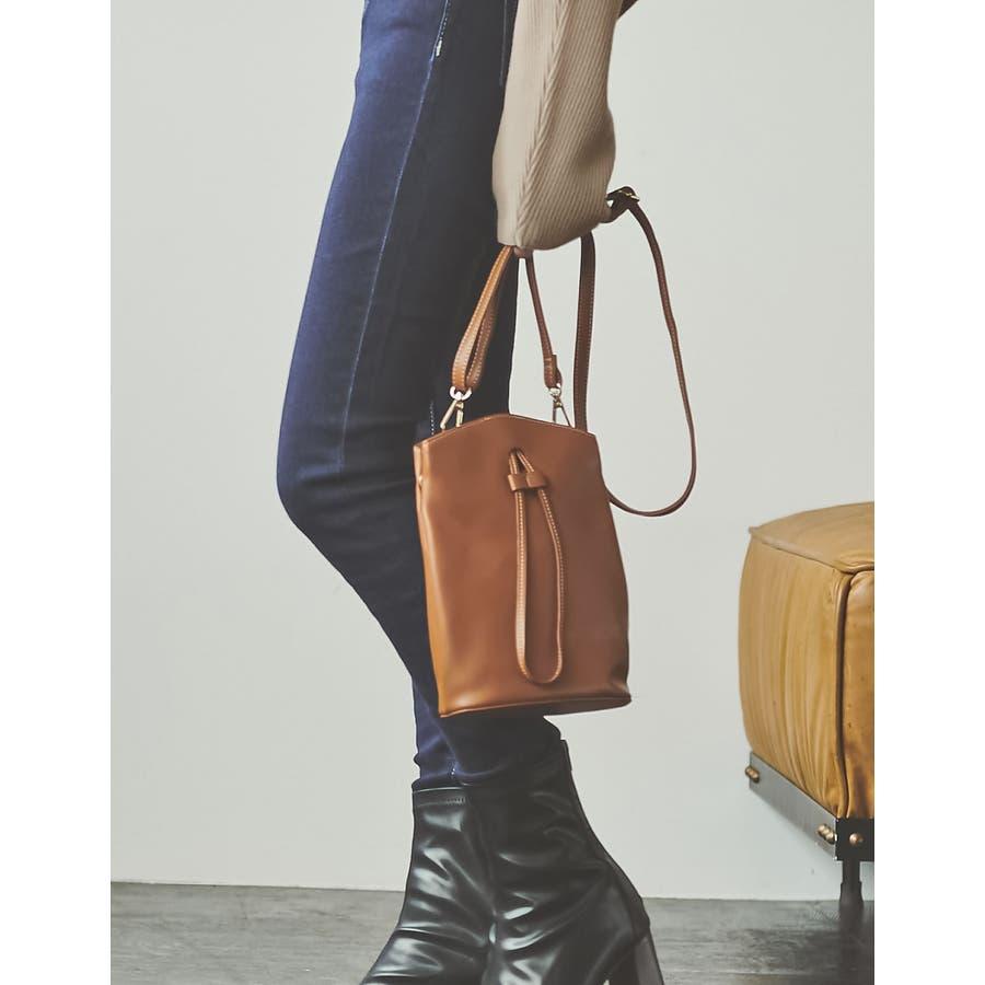 コンパクトサイズでも、必要な物はバッチリ入る優秀バッグ。 ヴィーガンレザーステッチショルダーバッグ バッグ/ショルダーバッグ 33