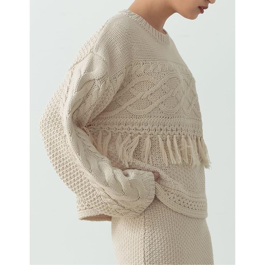 フリンジとケーブル編みが大人のコーデに遊び心をプラス 6