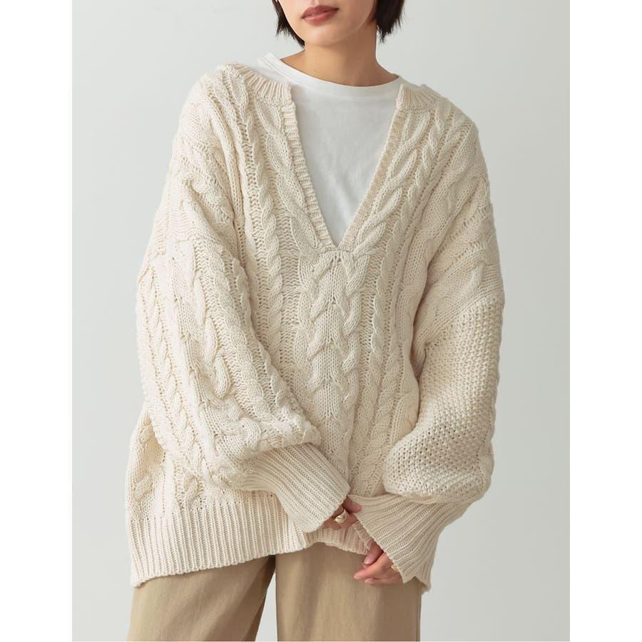 ふんわり編みこまれたケーブル編みがフェミニンな深Vネックニットチュニック 20