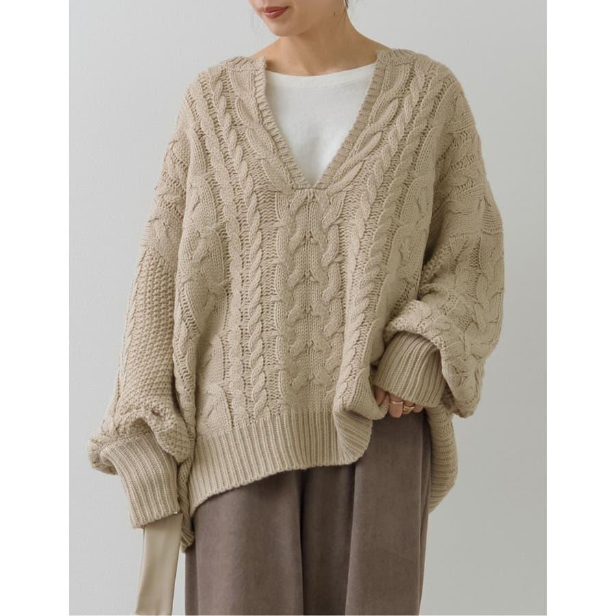 ふんわり編みこまれたケーブル編みがフェミニンな深Vネックニットチュニック 41