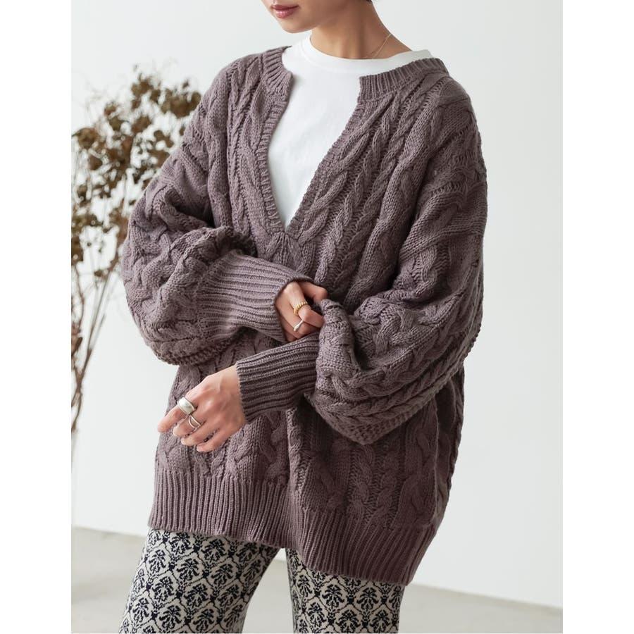 ふんわり編みこまれたケーブル編みがフェミニンな深Vネックニットチュニック 80