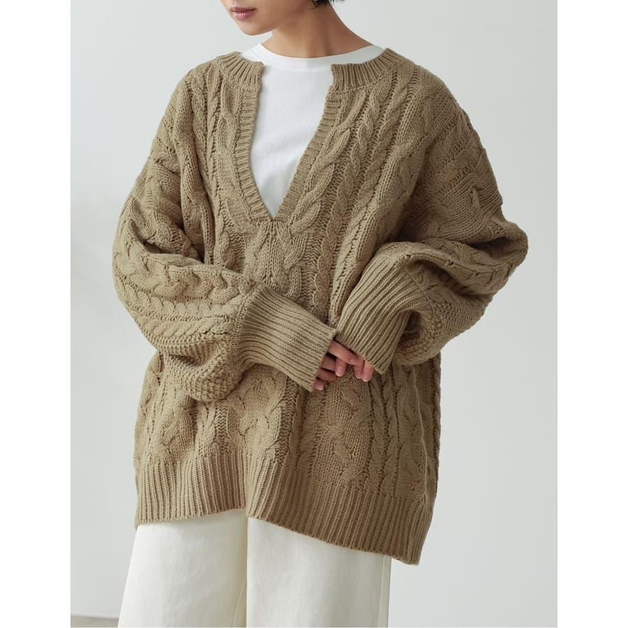 ふんわり編みこまれたケーブル編みがフェミニンな深Vネックニットチュニック 53