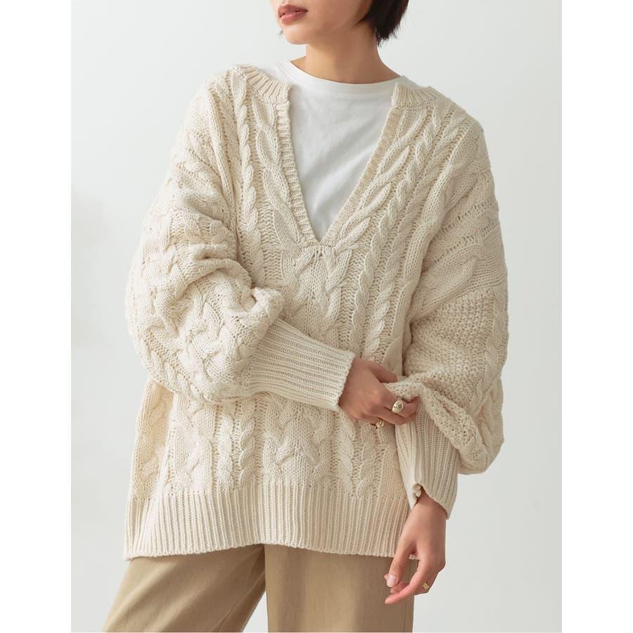 ふんわり編みこまれたケーブル編みがフェミニンな深Vネックニットチュニック 6