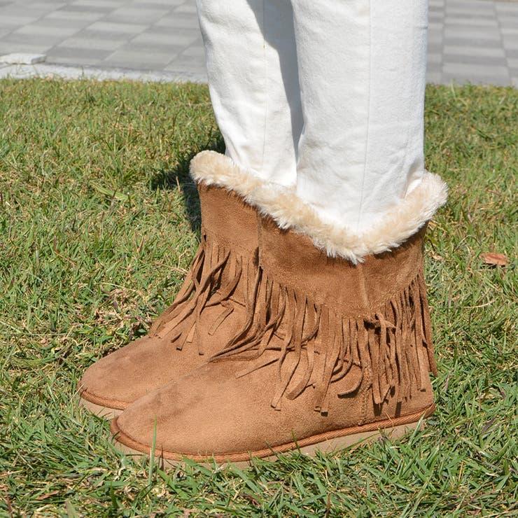 美脚効果◎インヒール入りムートンブーツ!!大流行中のボヘミアンコーデをするなら欠かせないなフリンジ付き。敷き詰められたボアが温かいショートブーツはスエード調でふわふわもこもこなレディース靴