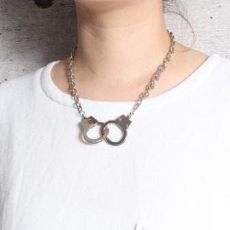 首元には存在感を放つネックレスがマスト!
